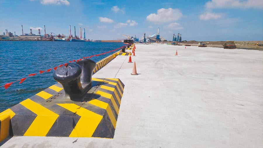 台中港106號離岸風電產業作業重件碼頭已完工,創下台中港最長重件碼頭紀錄。(陳淑娥攝)