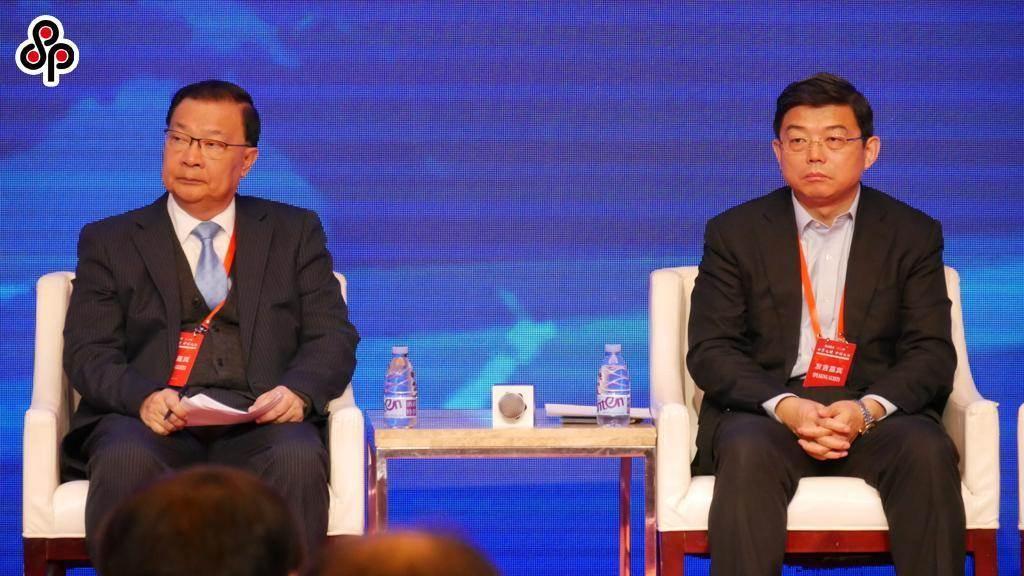 全國人大常委會委員譚耀宗(左)指反對國安法屬違基本法,應取消參選資格。圖為去年12月21日譚與前香港中聯辦法律部部長王振民(右)出席活動。(本報系資料照片)