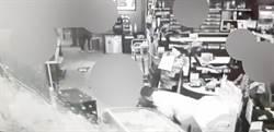 天外飛來橫禍 男停車直直撞進全聯超市1人傷