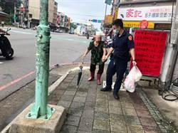 老婦飢弱無力癱倒路旁長椅 警贈早餐援助