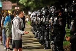 影》激情爭取司法正義 60美警下跪 抗議者淚下