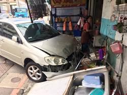 「得來速」新服務?轎車突撞進飲料店