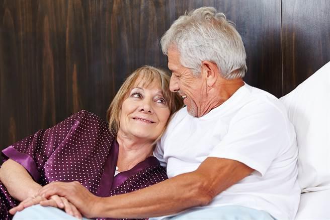 大陸杭州1名高齡90歲老翁雄風仍在。他藉由網路交友結識1名熟女,由然而不到2個月的時間,老翁竟就要將房子變賣並將部分款項全數贈予熟女,子女反對怒報警,熟女卻瞬間消失無蹤。(示意圖/達志影像/shutterstock提供)