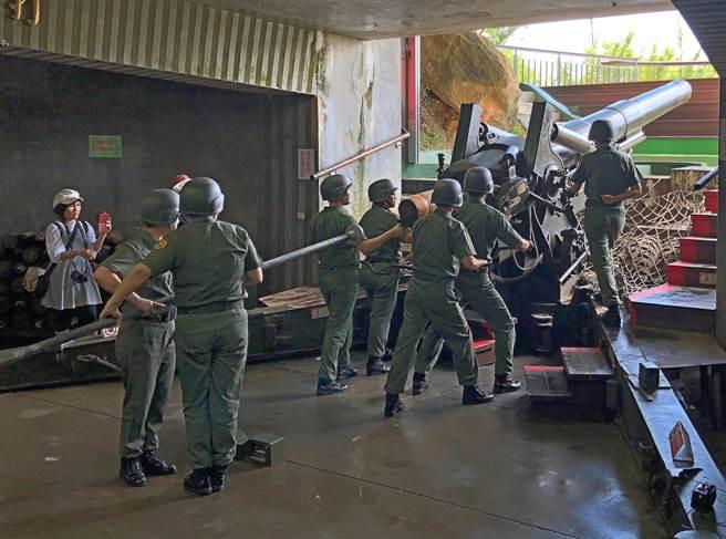 金門著名景點獅山炮陣地,「炮操」表演受到歡迎。(李金生攝)