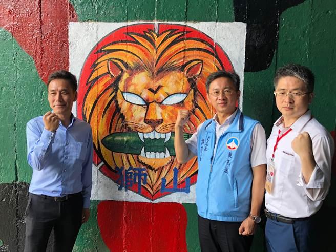 新北旅行公會理事長林毓淳(右)表示,目前機位已經很難訂,預期6、7月將出現爆滿狀況,航空公司應同步規畫加班機,因應台金兩地的旅運需求。(李金生攝)