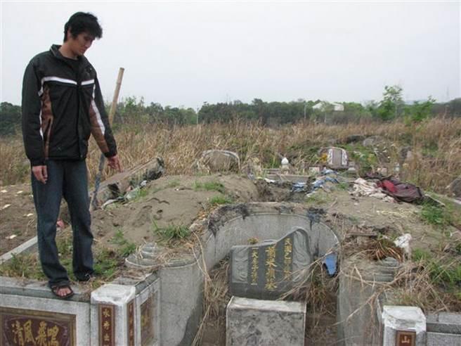 32歲的陳男與3名友人連續盜墓,警方押往現場摸擬,看著殘毀的墓地,墓碑還被打破(圖/中時資料庫/洪璧珍翻攝)