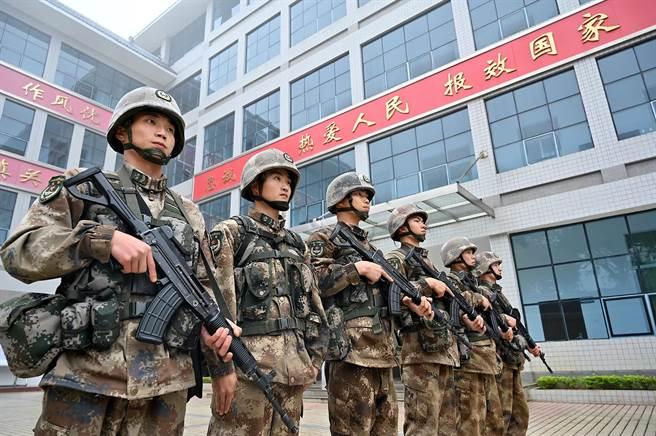 英國媒體指,中國可能正在計劃對士兵作基因改造,以創造一支「未來戰士」式(Terminator-style)的超級部隊。圖為解放軍31639部隊。(中新社)