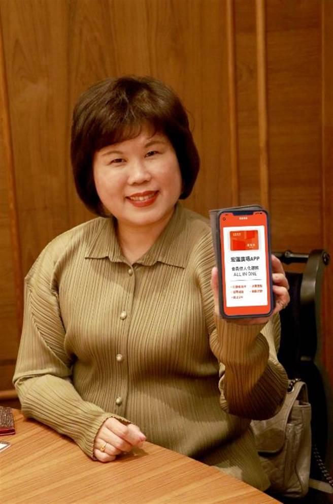 宏匯廣場總經理陳玉寶拿手機,秀出已上架的官方APP,此外,官方臉書、官網也都上線。(宏匯廣場提供)