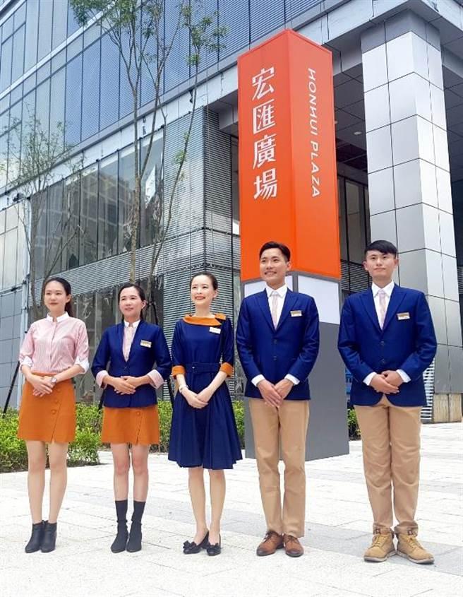 宏匯廣場員工制服出爐,以藍色和橘色為主色。(宏匯廣場提供)