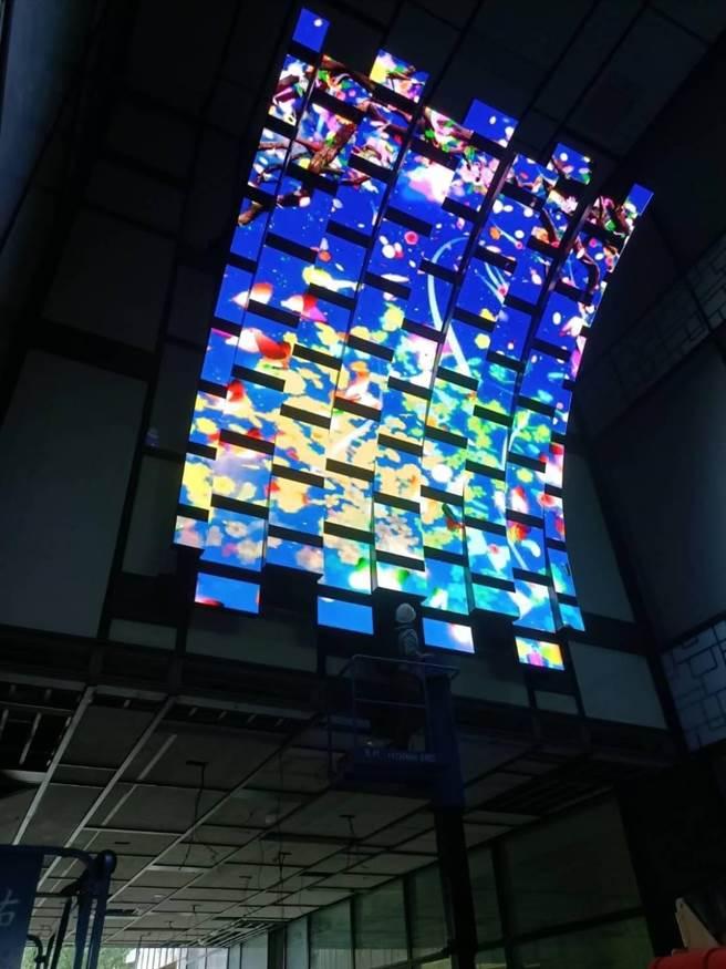 宏匯廣場1樓咖啡廊道有巨幅螢幕。(宏匯廣場提供)