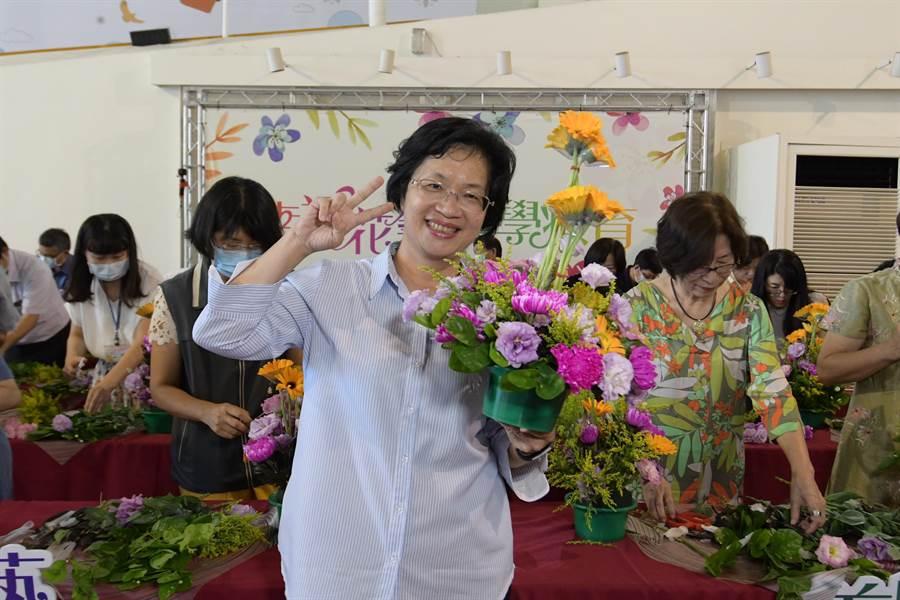 縣長王惠美擔任花藝老師。(吳敏菁攝)