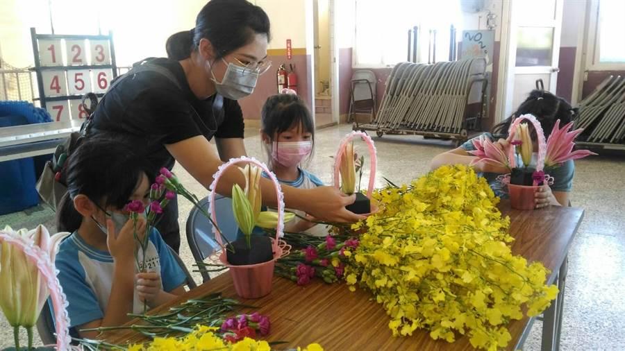台中市農業局舉辦校園花藝課程,邀請花藝老師指導外埔國小體驗插花。(台中市農業局提供/王文吉台中傳真)