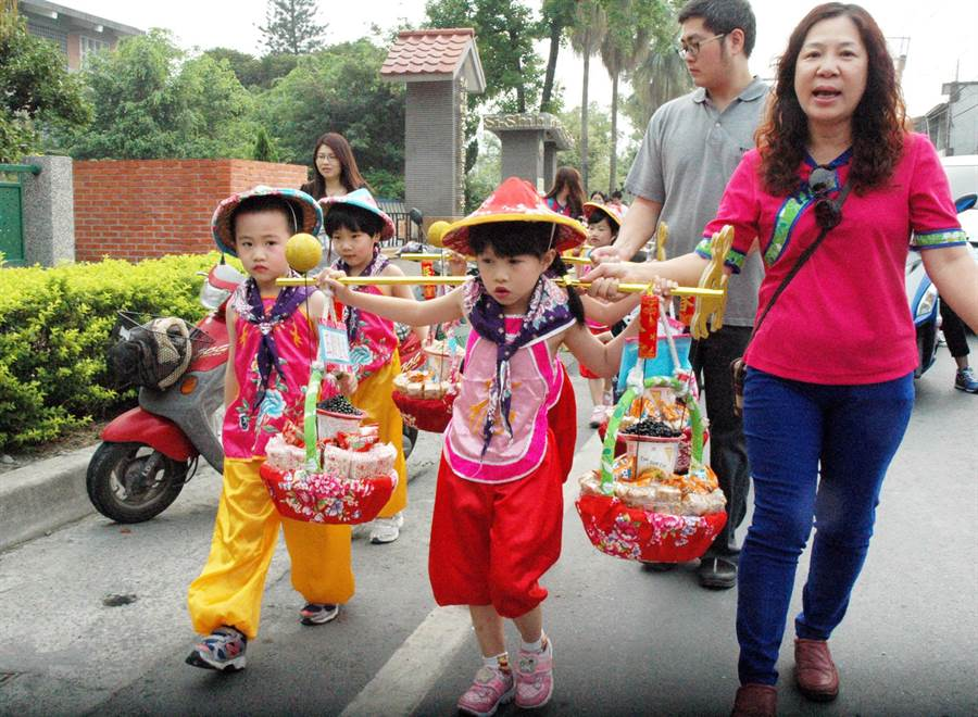 學童演繹客家先民挑擔奉飯,地方期望在明年六堆建庄300年時,能擴大舉辦慶典活動。(林和生攝)