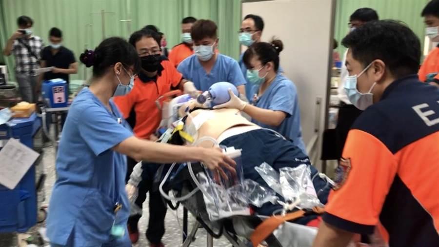 台南市啟動「跳島」計畫,山區急重症患者以台南醫院新化分院為中轉站,緊急處置後原車轉送成大醫院,提高病患存活率。(台南醫院新化分院提供/莊曜聰台南傳真)