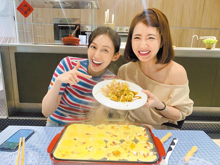 謝忻(右)在袁艾非的網路節目做章魚燒,運氣很背讓她忍不住自我調侃。(風雅國際娛樂提供)