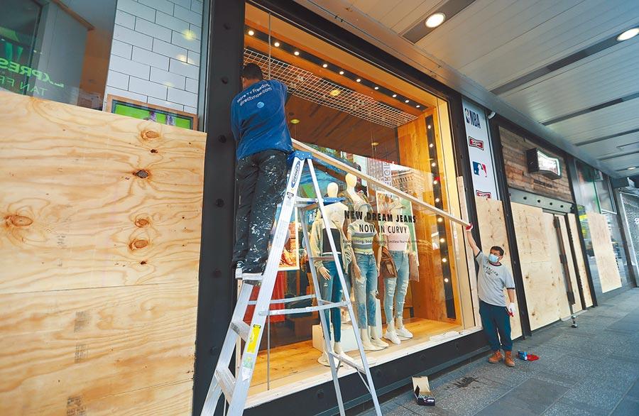 6月1日,美國紐約時報廣場,商戶為保障自身安全,紛紛加裝圍擋或護板。(新華社)