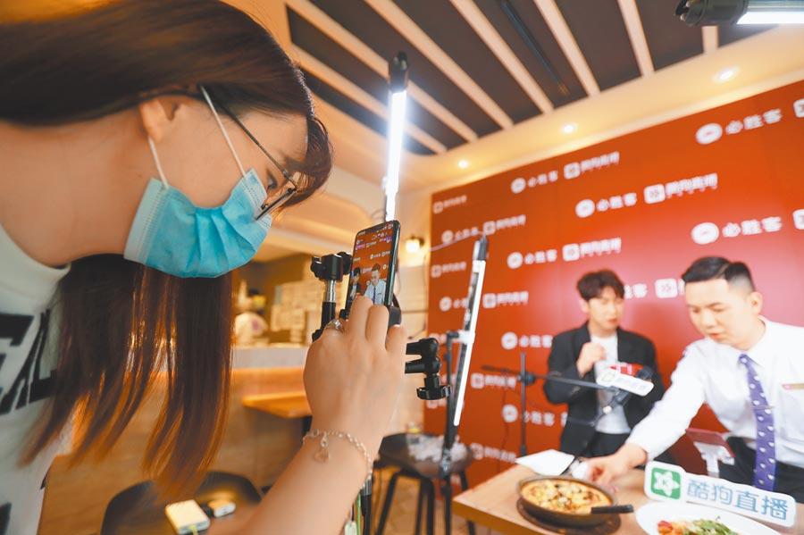 4月29日,工作人員在廣州一家餐飲門店裡直播。(新華社)