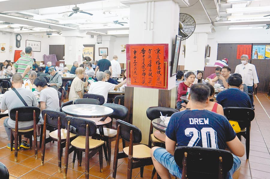 餐飲業打工者成吃播新秀,主播供不應求帶火培訓機構。圖為香港中環一家餐廳。(中新社)