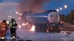 國道化學槽罐車遭撞失控衝護欄 瞬間成火球2人傷