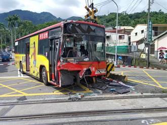 南投公車下坡疑煞車不及 闖平交道撞彩繪列車