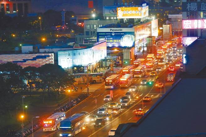 圖為台北市忠孝西路往忠孝橋傍晚車流狀況。(陳信翰攝)