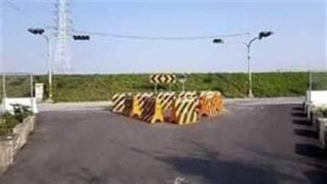 彰濱路轉工一路,擺上路障,引起路霸質疑,已經移到兩旁。(賴清美提供/吳敏菁彰化傳真)