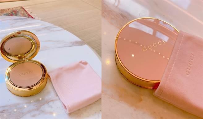 Gucci柔焦凝光粉餅表面飾有Gucci字樣,設計為可換替芯的按鈕式粉盒,並綴有金色飾邊及內附鏡子。NT2,450元。(圖/邱映慈攝影)