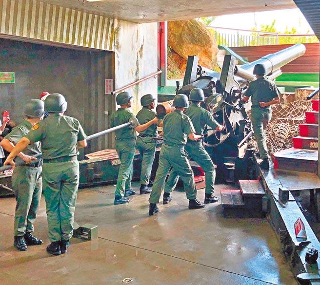 有「金東第一炮」之譽的獅山炮陣地,「炮操」表演最受遊客歡迎。(李金生攝)
