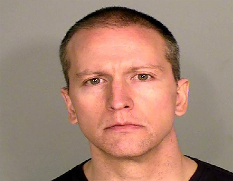 明尼亞波利斯前警察蕭文(Derek Chauvin)因壓頸導致非裔男子死亡,今天遭加控二級謀殺,其餘3警亦被起訴。(美聯社)