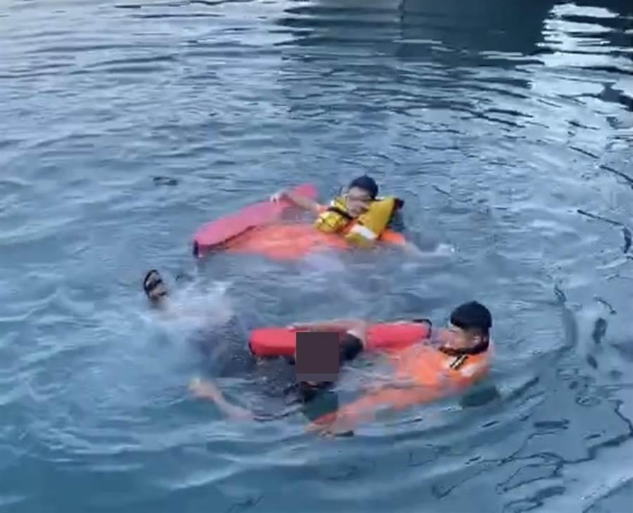 宜蘭縣粉鳥林漁港昨日(3)1名男子,正在港區水面上掙扎及大聲求救,隊員立刻背起魚雷浮標跳入港區,將該名落海男子以人力浮泳方式拖帶上岸,經搶救後已無大礙。(海巡署提供)