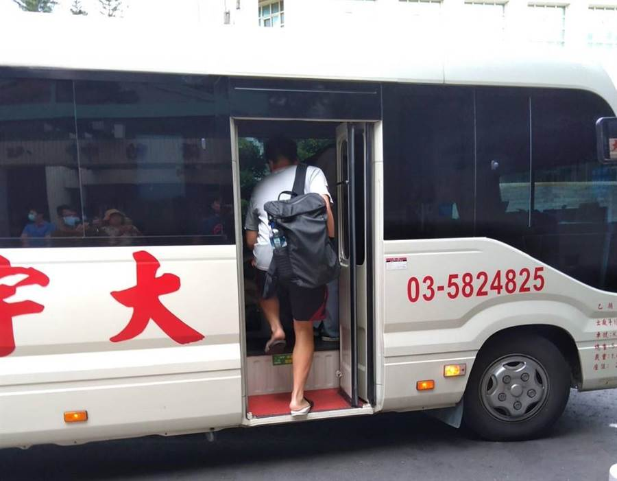 交通大學學生會推出高雄人限定的返鄉專車,引起外界議論。(邱立雅攝)