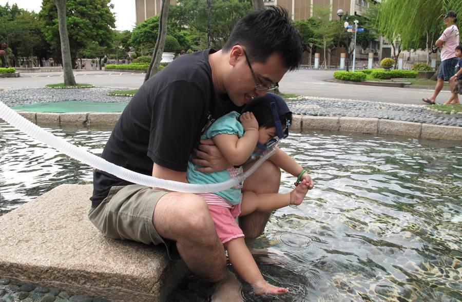 澄甯與爸爸一起去玩水(照片/鄭淑娟 提供)