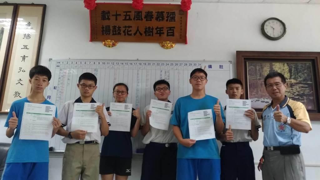 雲林縣褒忠國中會考成績減C成功,不但有5A,還有有多人獲得2A與1A。(許素惠攝)