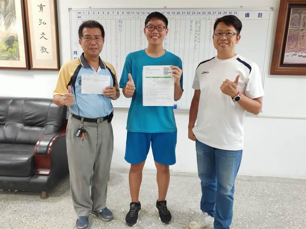 雲林縣褒忠國中陳胤元(中)會考成績5A,他說校長陳昭龍(左)和老師帶著他們去參訪大學,對他影響很大。(許素惠攝)