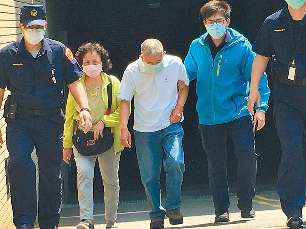 殉職鐵路警察李承翰父親(左三)聽到凶嫌無罪,無法接受,昨不幸飲恨而終,生前曾感嘆:「如有下輩子不讓兒從警」。(中時資料照片)