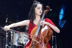 歐陽娜娜演奏會肩帶滑落 紅色禮服竟變「爆乳裝」