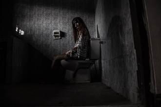 《靈異空間》廁所驚見阿飄敲門 酒促妹一開門驚見懸空小腿