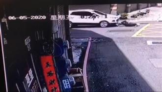 毒虫拒检开车追撞  员警下半身严重骨折开刀救治
