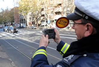 警察與嫌犯拍這種照片 意外惹麻煩下場慘了