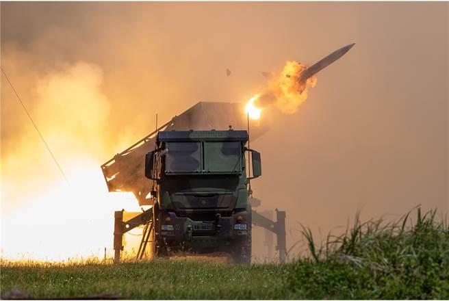 雷霆2000多管火箭發射瞬間火光四射,相當震撼。(青年日報提供)