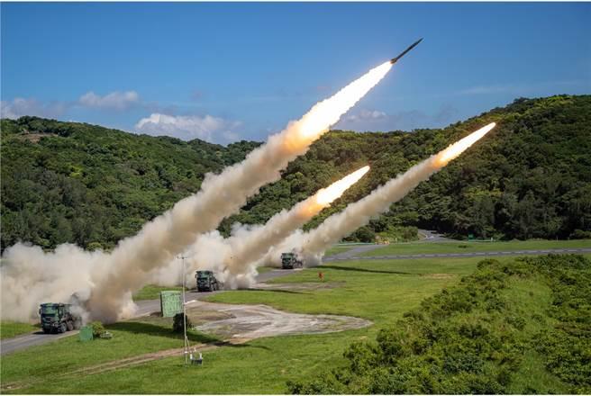 雷霆2000多管火箭是陸軍最強武器,目前有三型彈藥進行裝填。(青年日報提供)