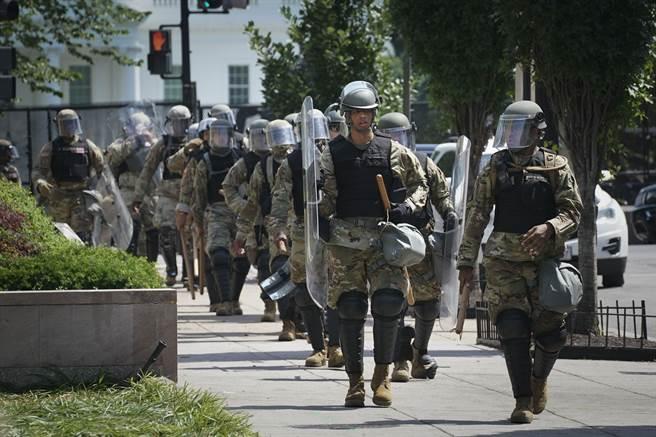 川普令軍警上街頭 華府抗議者驚 以為在軍事國