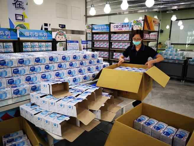 彰化口罩大廠華新,今宣布6日上午9點開始,將開放觀光工廠讓民眾購買口罩,一天500組號碼牌,每人限購2盒。(吳建輝攝)