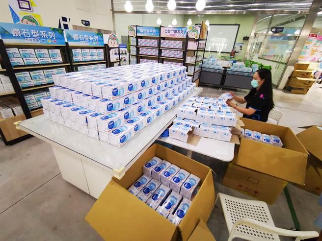 鄭永柱說,除了工廠內開賣以外,從6月8號開始,會陸續在各大電商平台上架,民眾也可以上網購買。(吳建輝攝)