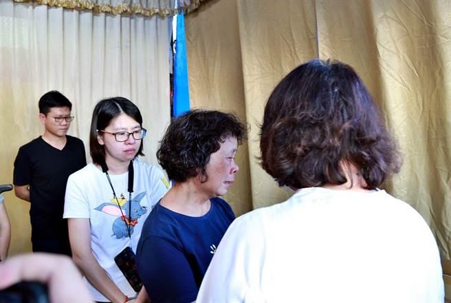 嘉義市長黃敏惠慰問李承翰媽媽。(廖素慧攝)