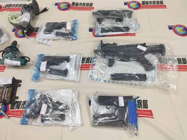 基隆市警局刑事大隊接獲線報,連續3天查獲3件改造槍枝案,共查獲4名犯嫌,查扣11把長短改造手槍、子彈16顆、霰彈18顆等。(基隆市警察局提供/吳康瑋基隆傳真)