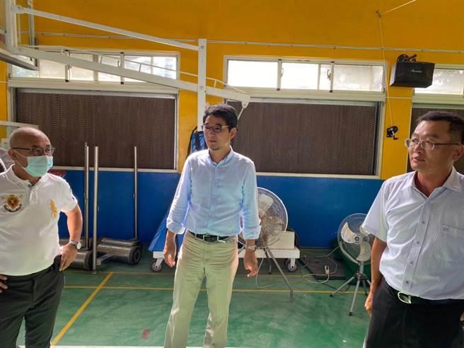 立委劉建國(中)與教育部官員、地方民代會勘學校,爭取改善老舊設施。(圖為資料照)