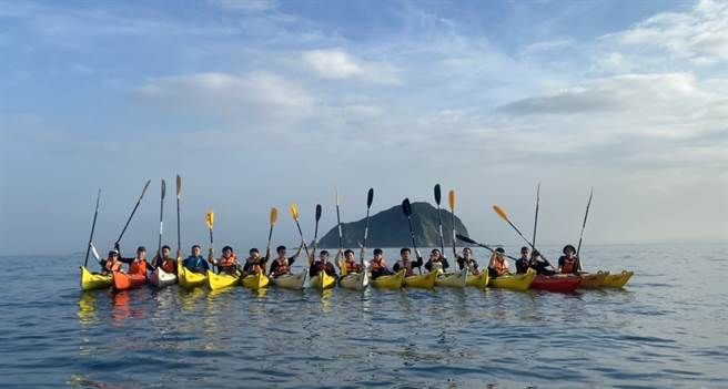 隨著新冠肺炎疫情趨緩,國立臺灣海洋大學獨有的「畢業生獨木舟挑戰基隆嶼」活動順利依原訂計畫舉行。(海大提供)