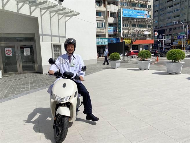 奇美醫學中心院長邱仲慶示範騎乘。(曹婷婷攝)