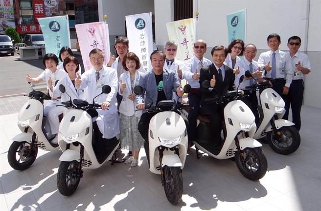 宏佳騰今天捐贈6台「智慧電車Ai-1 Comfort」給奇美醫院。(曹婷婷攝)